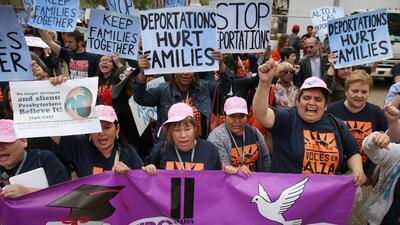 La comunidad inmigrante presiona para que el gobierno de Barack Obama fr...