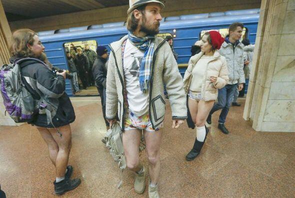 Jóvenes ucranianos viajaron sin pantalones para participar en el primer...