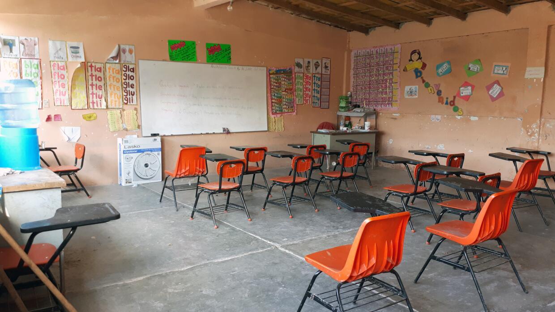 Una vista de los salones de clase vacíos en Chilapa, Guerrero, en el sur...