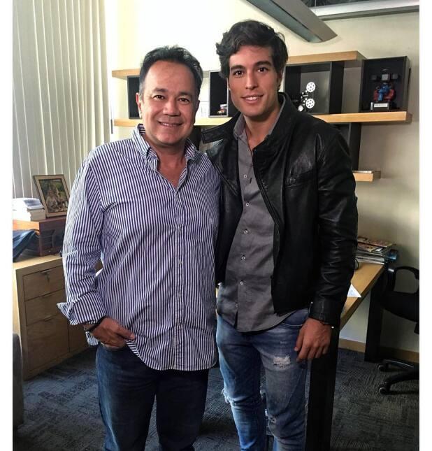 Danilo Carrera desata la polémica tras besar a conductora de televisión