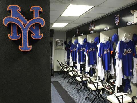 El administrador del camerino de los Mets de Nueva York, Charlie Samuel,...