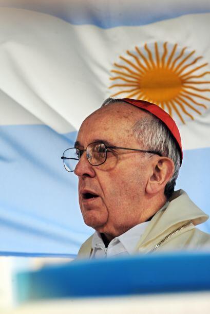 Bergoglio, jesuita dialogante y moderado, amante del tango y del fútbol.