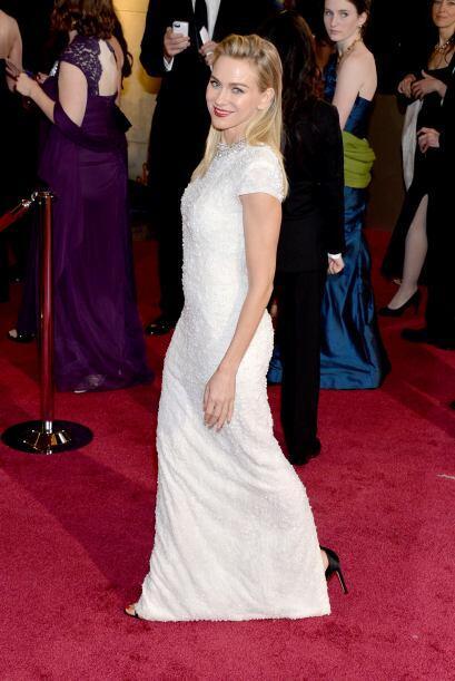 Naomi Watts apostó por un Calvin Klein Collection. Sencilla pero muy ele...
