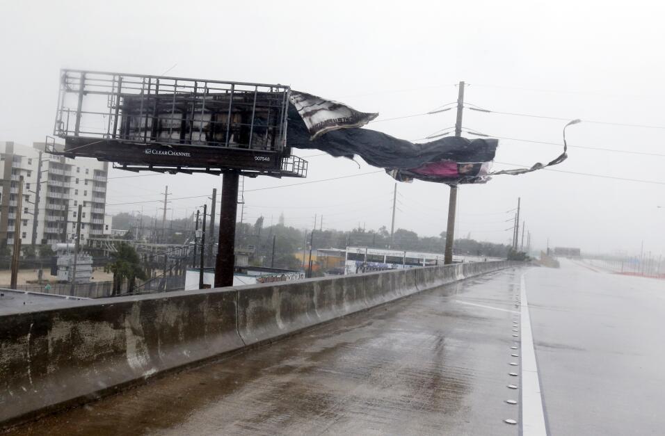 El viento tumba los carteles de la autopista Insterestal I-95, en el nor...