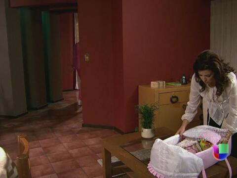 Miriam está con Ágata en su casa, completamente confundida...