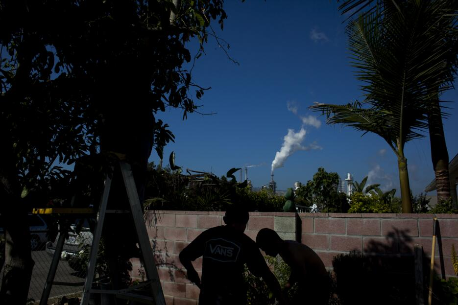 What it's like to live next door to a refinery Galeria_refineria_02.jpg