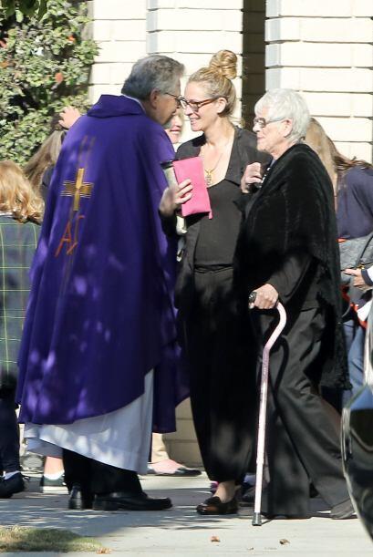 A la salida de la ceremonia recibieron la bendición del padre. Mira aquí...