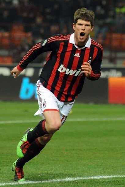 El holandés Huntelaar hizo dos goles en un cerrado triunfo del Milan por...