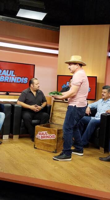 Una visita bien 'Pesada' al show de Raúl Brindis  17191223_1015519782035...