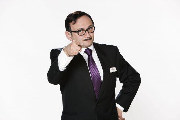 Lalo España es Don Cipriano, el gerente.