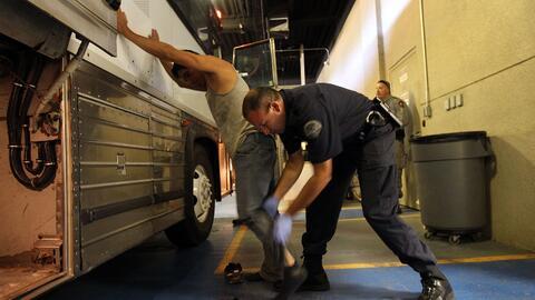 Un inmigrante indocumentado mexicano es registrado por un agente del ICE.