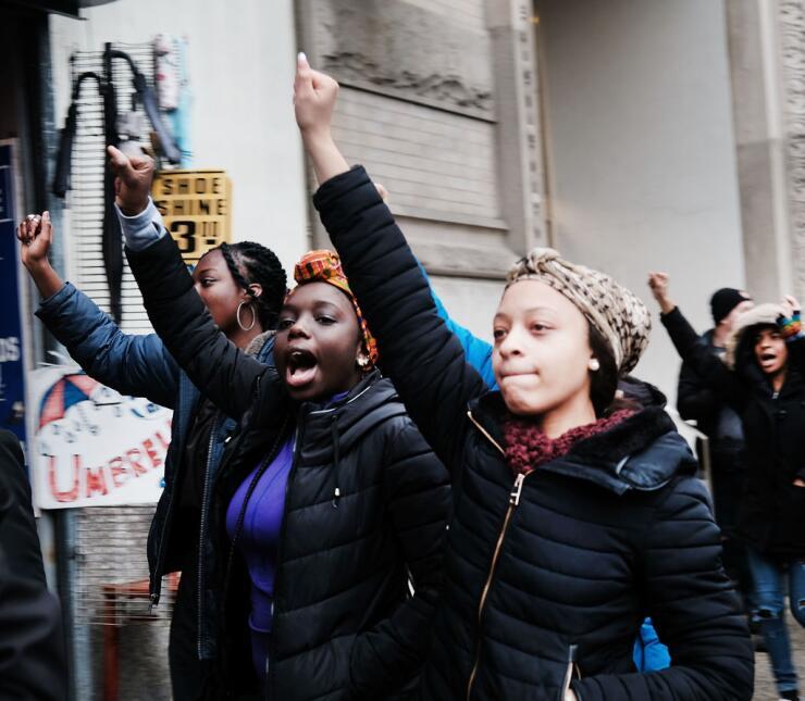 Una estudiante, respaldada por las organizaciones New York Immigration C...