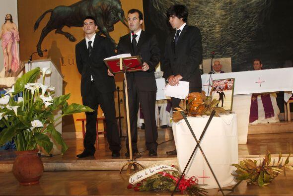 Durante la ceremonia, la urna estuvo depositada ante el altar junto a un...