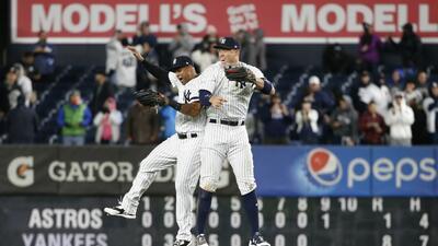 Aaron Hicks y Aaron Judge celebran al final del partido en Yankee Stadium.