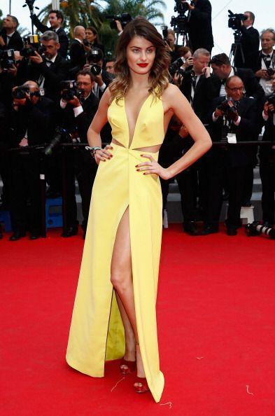 Muy 'ad hoc' a la temporada, fue como llegó Isabeli Fontana a Cannes, pu...