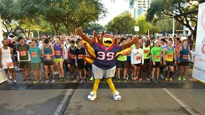 El día de acción de gracias se lleva a cabo Turkey Trot, el maratón más grande de Houston