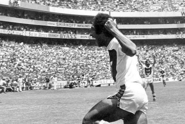 Pumas levantó su primer trofeo de campeón de Liga el 3 de julio de 1977....