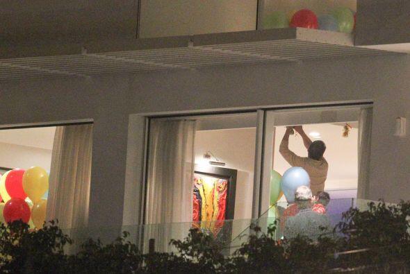 La familia pronto comenzó a colgar decoraciones en el apartamento de la...