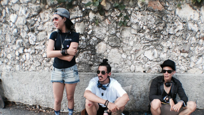 Ariadna (izquierda) junto con su novio (centro) y un amigo de ambos (der...