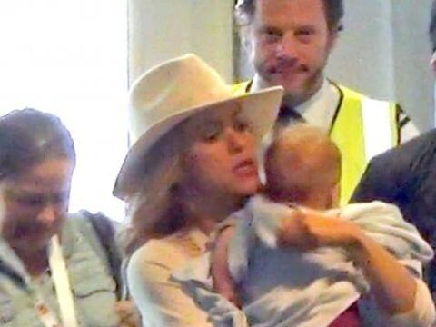 Así llegaron Shakira y Sasha al aeropuerto de Berlín.