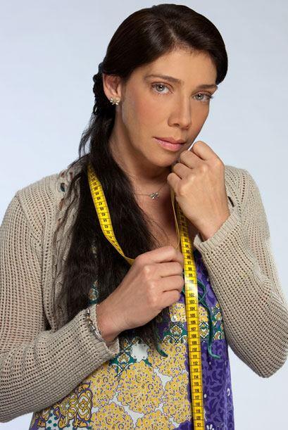 Juana (Cynthia Klitbo) es la madrina de Teresa. Es una costurera viuda q...