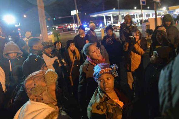 Más tarde, unas 75 personas celebraron una protesta pacífica en la mañan...