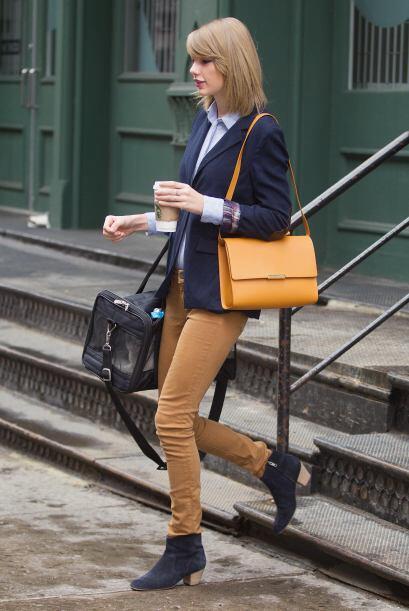 Además, sabe combinar perfecto  un pantalón en color mostaza con diverso...