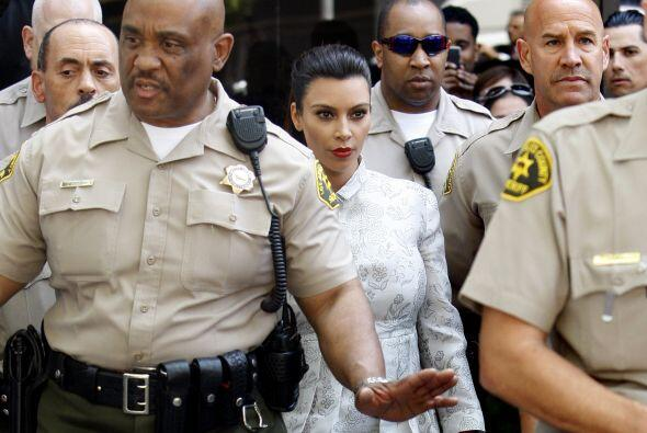 Kardashian llegó sola a la corte, eso sí, luciendo con mucho estilo.
