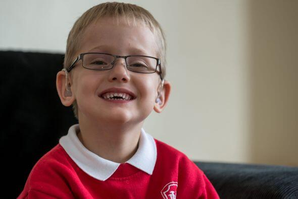 Los médicos no sabían si Alfie sería incapaz de caminar,  hablar o escuc...