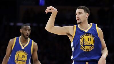 Thompson anotó 22 de sus 36 puntos en el primer cuarto y Curry agregó 17.