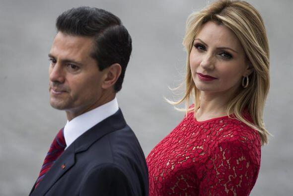 El presidente mexicano Enrique Peña Nieto junto a su esposa, Ang&...