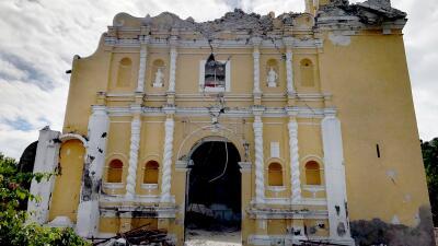 Fotos: 11 miembros de una familia murieron en un bautizo cuando el techo de la iglesia colapsó por el terremoto