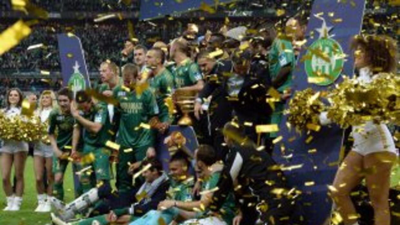 Saint-Etienne celebra con el trofeo de la Copa de la Liga.