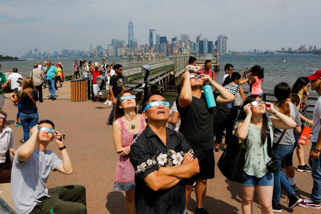 En fotos: Nueva York mira más allá de los rascacielos durante el eclipse...