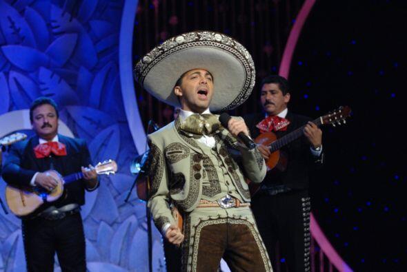 Y es que el cantante se presentó cantando ranchero, un género en el que...