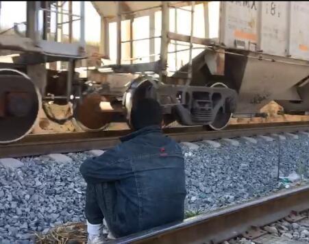 Inmigrante esperando en México el tren que lleva a EE.UU.