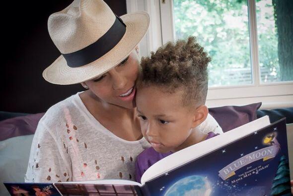 Alicia está fascinada con sus hijos.