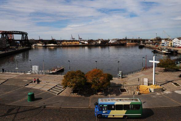 Imagen de la Boca del Riachuelo, un brazo fluvial que bordea un sector c...