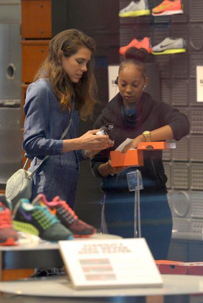 Pero la vimos en una tienda de ropa deportiva eligiendo algunas cosas pa...