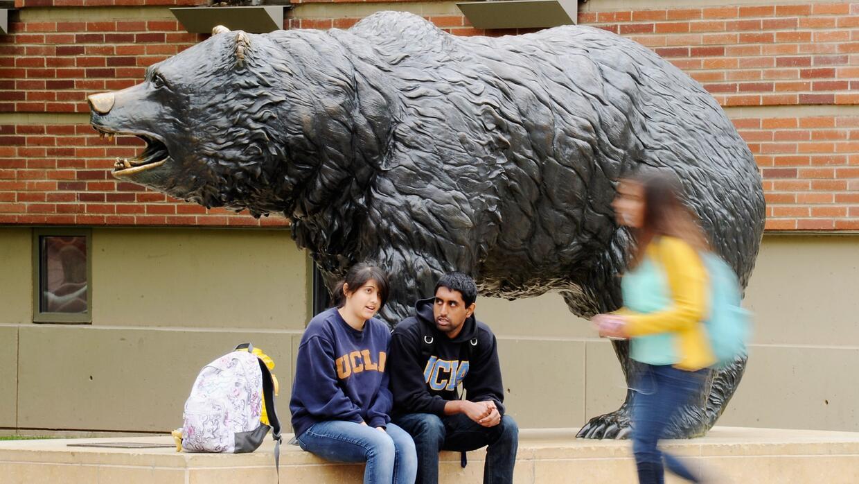 Estudiantes en el monumento al oso pardo, símbolo de UCLA.