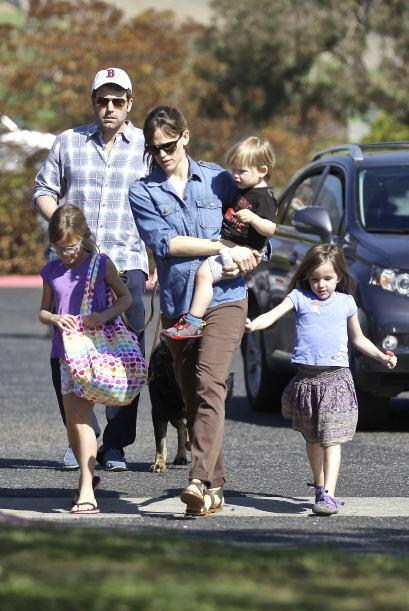 Ben Affleck y Jen Garner llevaron a sus tres pequeños al parque. Mira aq...