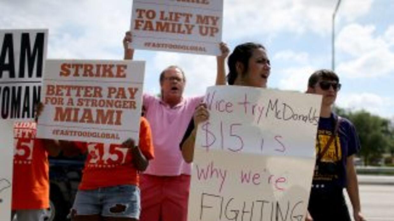 Trabajadores de McDonald's protestan tras el anuncio del alza al salario.