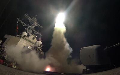 Lanzamiento de uno de los misiles Tomahawk hacia la base militar en Homs...