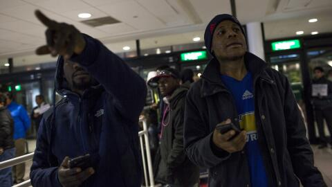 Faiderbe espera en el aeropuerto de Santiago la llegada del vuelo proced...