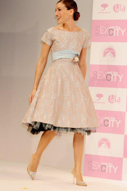 Este es un 'look' muy femenino que le va bien a Sarah Jessica Parker.