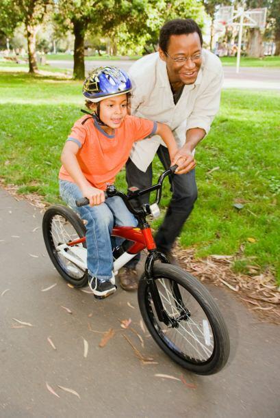 Sacar las rueditas traseras de la bicicleta. Para los padres sobreprotec...