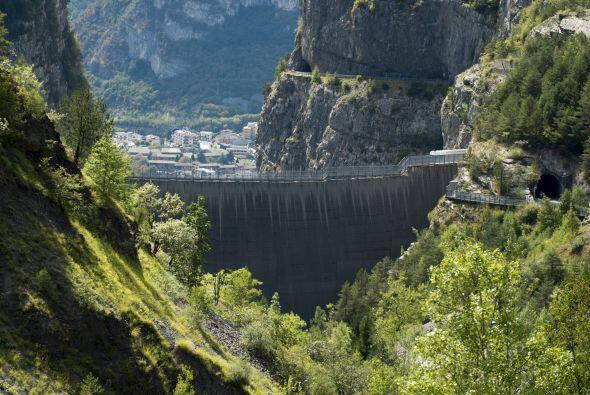La tragedia de la presa de Vajont, en Italia, ocurrió en la noche cuando...
