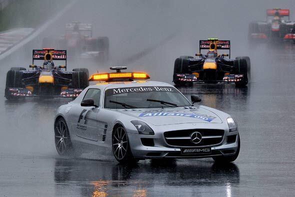 Los Red Bull de Mark Webber y Sebastian Vettel marcharon inmediatamente...