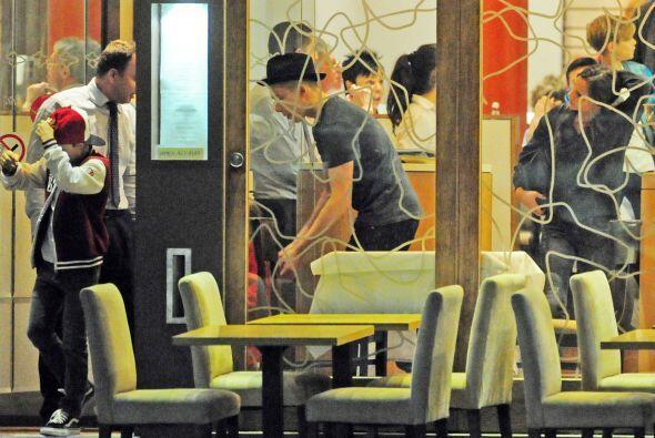 Victoria, David y sus cuatro hijos se dirigieron a un restaurante italia...