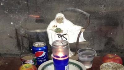 Pequeño altar hallado en una plantación de marihuana en Ri...